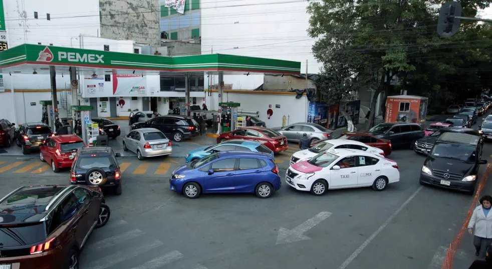autos gasolinera cargando gasolina