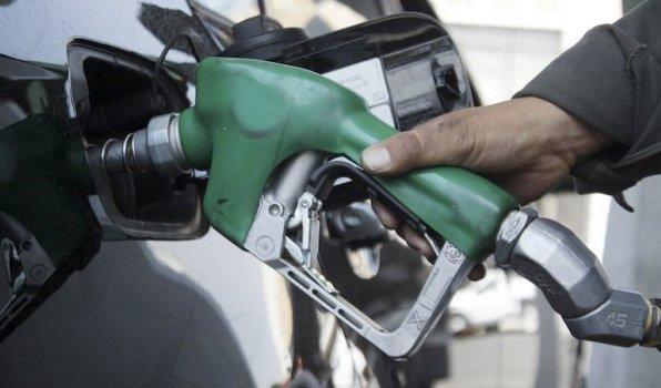 coche cargando gasolina gasolinera