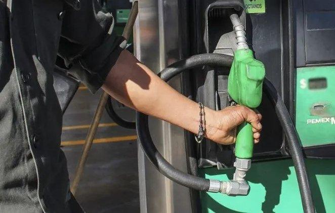 trabajador gasolinera bomba despachadora gasolina