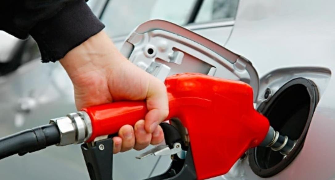 cargando gasolina auto premium roja